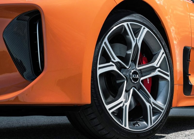 2020 KIA Stinger Wheel Size and Tone