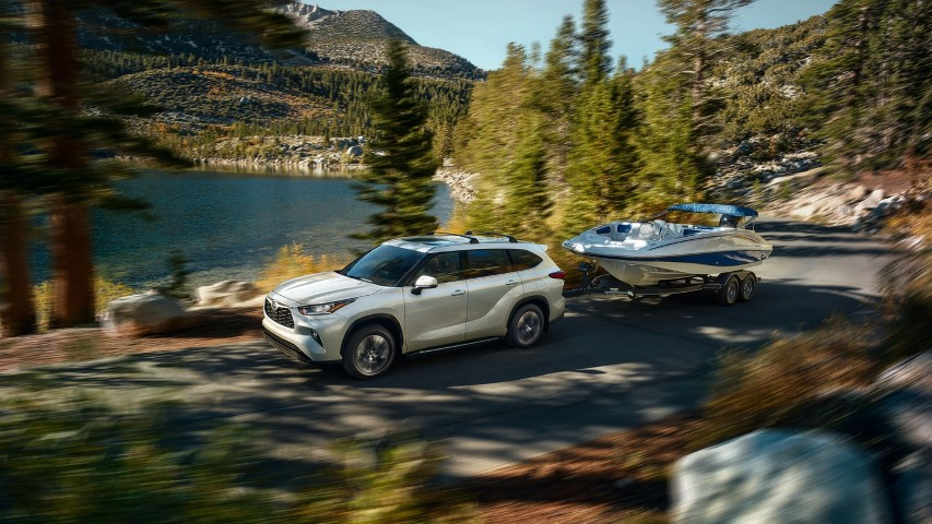 2022 Toyota Highlander Towing a Boat
